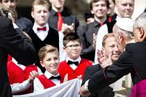 Papež František se zdraví s pěveckým sborem Bonifantes.