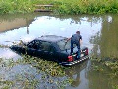 Řidič na útěku před policií utopi auto ve vodě a dal se na útěk. Spolujezdec se zachránil na střeše.