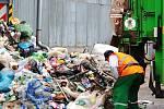 """Svozový vůz přiváží další náklad tříděného plastového odpadu z určených """"žlutých popelnic""""."""