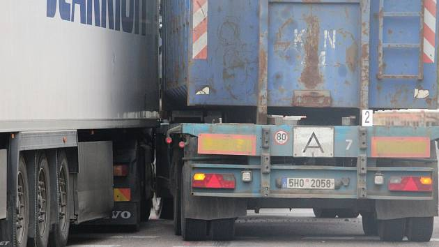 Dopravní kolaps u nádraží kvůli srážce dvou kamionů