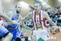 Basketbalové utkání Kooperativy NBL mezi BK JIP Pardubice (v bíločerném) a Basket Fio banka Jindřichův Hradec (v modrém) v pardubické hale na Dašické.