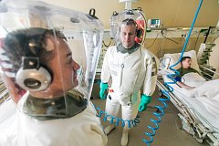 Skafandry jako ze sci-fi filmu nejsou výstřelek, ale nutnost. Spektrum zdejších chorob je jeden zabiják vedle druhého.