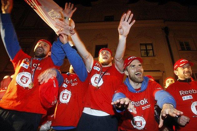 Vítejte doma hrdinové. Pardubičtí hokejisté si ovace na Pernštýnském náměstí náležitě užívali