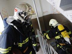 Pardubičtí hasiči testovali kondici i zásahové postupy. Osmnáctipatrovou budovu zdolali po požárním schodišti s rozvinutím hadicového vedení dvakrát a v dýchací technice.