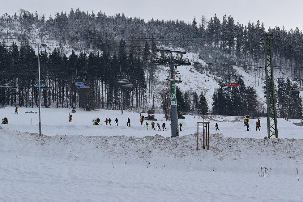 Svahy Dolní Moravy byly na konci ledna 2021 plné lyžařů.