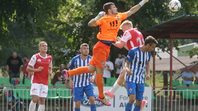Utkání Fobalové národní ligy mezi FK Pardubice (ve červenobílém) a MFK Vítkovice. (v modrobílém) na hřišti pod Vinicí v Pardubicích.