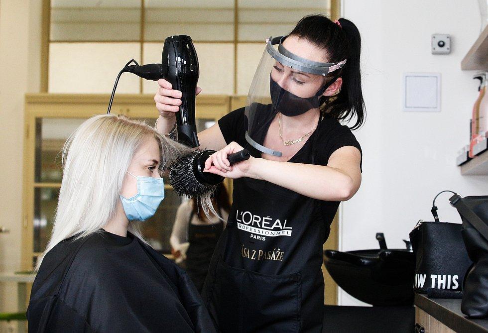 Znovu otevřené kadeřnické salony po koranovirové karanténě, kadeřníci ovšem musí dodržovat přísná hygienická nařízení.