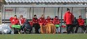 Přípravné utkání Fortuna národní ligy mezi FK Pardubice (ve červenobílém) a FC PBS Velká Bíteš  (ve žlutém) na hřišti v Ohrazenicích v Pardubicích.