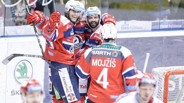 Šesté čtvrtfinále hokejové extraligy Pardubice - Třinec (6:3).