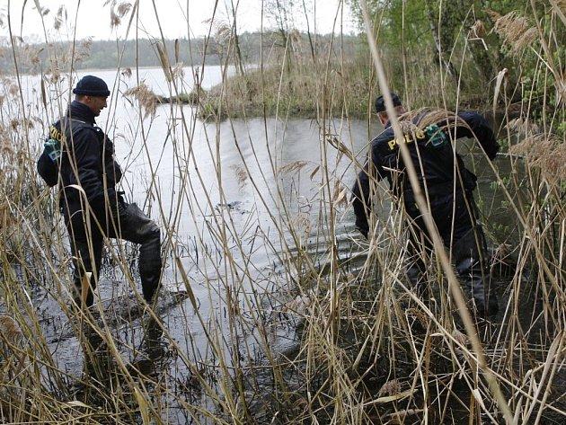 Policisté při propátrávání okolí Pohránovského rybníku. Hledala se více jak měsíc pohřešovaná žena.