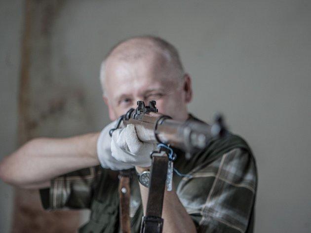 Zbraně, které možná i střílely do obyvatel Ležáků, se dlouhá léta ukrývaly v depozitáři pardubického divadla.