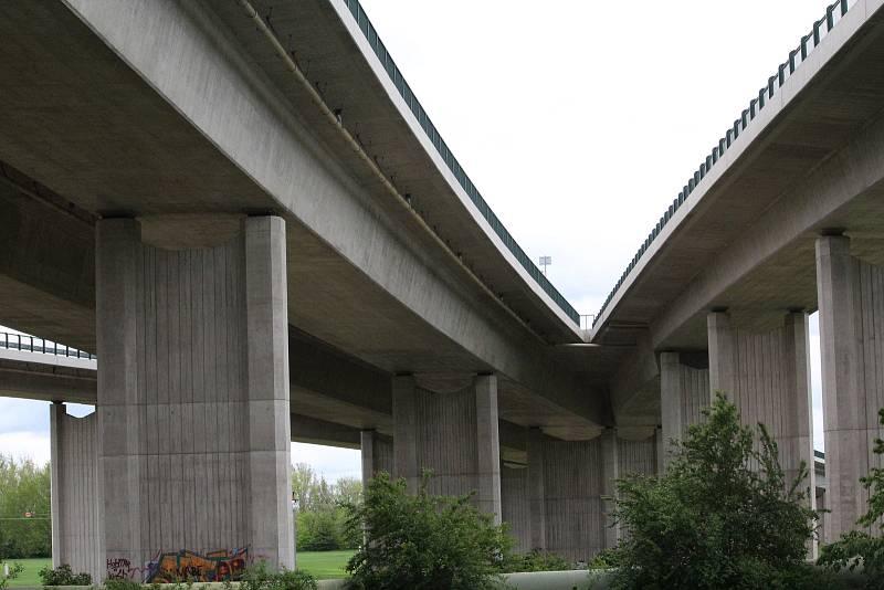 Víceúrovňová křižovatka u Opatovic byla otevřena v roce 2009 a řadí se k největším silničním křižovatkám v zemi.