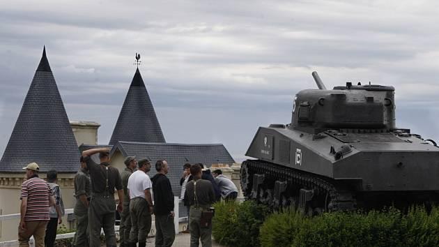 """Město Arromanches-les-Bains bylo první, které spojenci osvobodili z moře. Právě zde zřídili spojenci obří """"mobilní"""" přístav, kterým proudili zásoby do Evropy ještě řadu měsíců po vylodění."""
