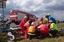 Řidič mercedesu srazil při otáčení v koloně u Medlešic motorkáře.
