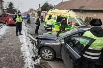 Dopravní nehoda v Ostřešanech. Řidička nerespektovala značku Stop a sestřelila starší manžele v červeném renaultu.