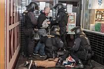 Opravdu zasáhnout museli policisté až po derby. Dva fanoušci se do sebe pustili na nádraží.
