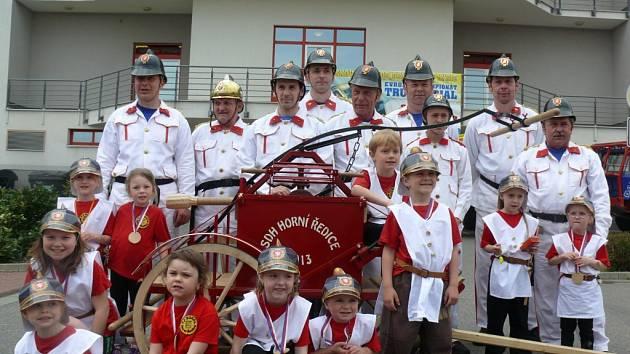 Hasiči v Horních Ředicích oslaví 140 let od založení sboru. Tato fotografie je z roku 2015, ale nadšení dětí – malých hasičů v Horních Ředicích, i jejich dospělých mentorů se nezměnilo.