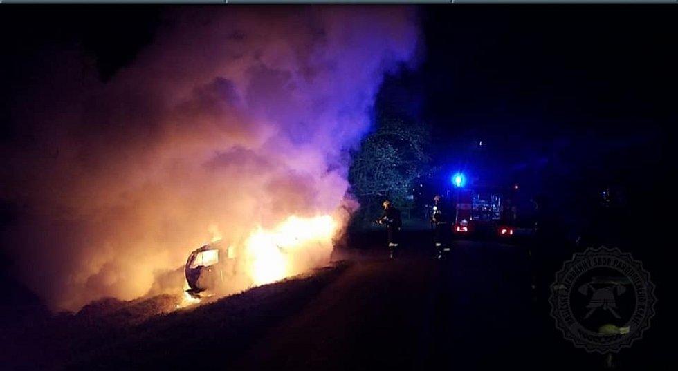 Auto skončilo po nehodě celé v plamenech.