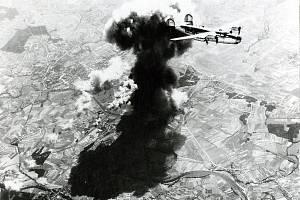 Nad hořícími Pardubicemi přelétá B-24 Liberator patřící k 55. wingu těžkých bombardérů 15. letecké armády USA. Snímek pořídil člen posádky druhého bombardéru.