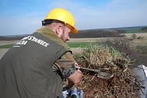 Práce na snižování čapího hnízda v Uhersku by se bez pomoci hasičů neobešla.