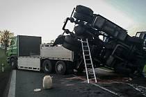 Nehoda dvou nákladních automobilů u Jaroslavi uzavřela silnici I/35.