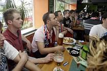 Zdravý optimismus nechyběl, v republice nebyl snad nikdo, kdo by českým hokejistům v semifinále proti Švédsku nevěřil. Stejné to bylo včera odpoledne i v pardubických restauracích. Dobře namazaný strojse však zadrhl. A hospody truchlily.