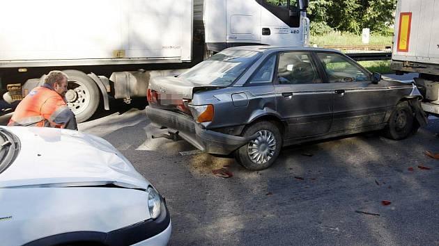 Mezi železničním nadjezdem a nadjezdem u Parama došlo ke střetu nákladního a dvou osobních vozidel.