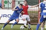 Utkání Fobalové národní ligy mezi FK Pardubice (ve červenobílém) a MFK Vítkovice (v modrém) na hřišti pod Vinicí v Pardubicích.