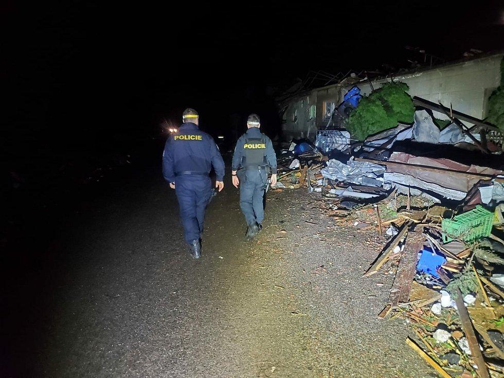 Pořádkové jednotky z Pardubic vyrazily pomoct na jižní Moravu postiženou tornádem. Foto: PČR