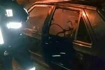 """Dílo žháře ve Svítkově. Jeden automobil shořel zcela, druhý byl od požáru """"pouze"""" ožehnutý."""