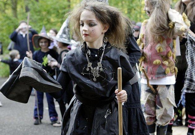 ČARODĚJNICE. V podhradí zahráli známí umělci, Perníková chaloupka se rozhodla čarodějnice oslavovat