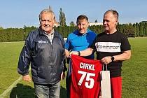 Zástupci Okresního fotbalového svazu Pardubice (uprostřed předseda René Živný) gratulují Petru Cirklovi (vlevo), bývalému hráči, trenérovi a funkcionáři.
