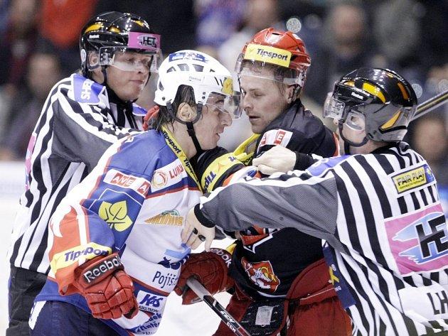Dojde na vášně?  V prvním derby  se na ledě nejiskřilo, výjimkou byla jen pošťuchovaná mezi Václavem Benákem (vlevo) a Lukášem Květoněm.