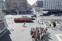 Dny Evropského dědictví oživily Pardubice. Zájemci se mohli zúčastnit například vycházky historickým centrem města (v popředí) nebo projet historickým trolejbusem