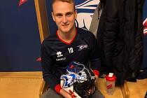 V ŠATNĚ VAXJÖ VIPERS. Martinu Halešovi propůjčil na chvíli své místo brankářský kolega, švédský reprezentant Viktor Kastengren.