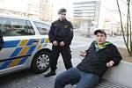 Zadržený mladík demoloval autobusovou zastávku. Střepy z rozbitého skla přitom poranil čtyřleté dítě.