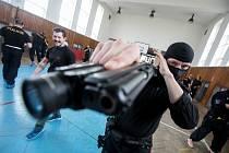 Někdejší šéfinstruktor izraelské armády školil policisty pardubické pořádkové jednotky v bojovém umění krav maga.
