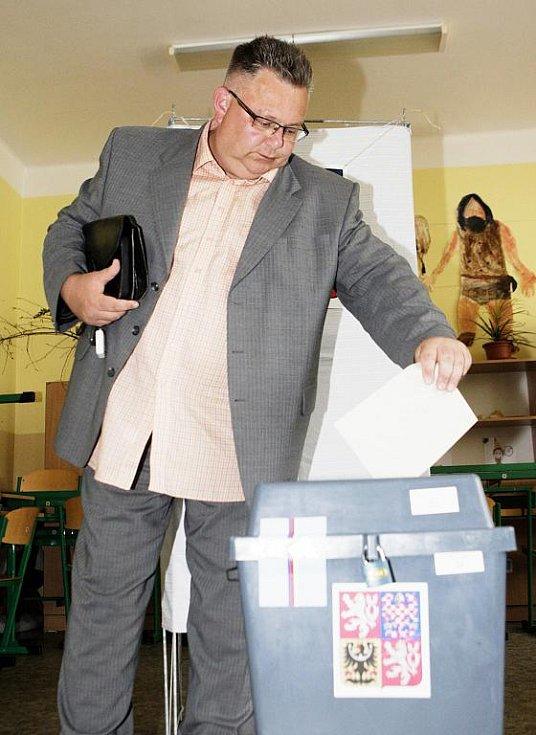 Poslanec za ČSSD Miroslav Váňa přišel volit na ZŠ Studánka mezi prvními.