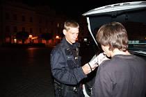 Sobota 5. 7. půl jedné, Pernštýnské náměstí. Policisté v jednom z barů přistihli s alkoholem skupinku šesti mladistvých