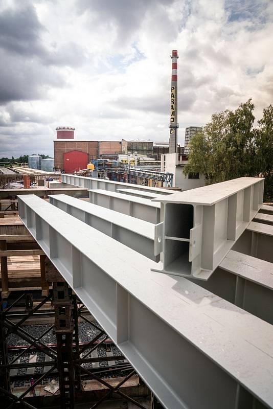 Části mostu vyrobila společnost CH&T Pardubice ve své dílně v Záboří nad Labem, odkud putovaly na letiště v Pardubicích. Tam se svařily dohromady a nyní čeká celou konstrukci přesun po kolejích k Paramu.