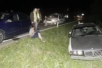 Šílenou noční honičku pětadvacetiletého řidiče bez papírů ukončila až nehoda