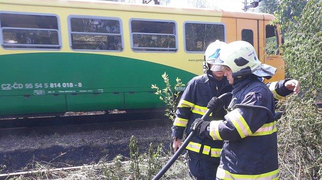 Požár u železniční trati mezi Pardubicemi a Rosicemi.
