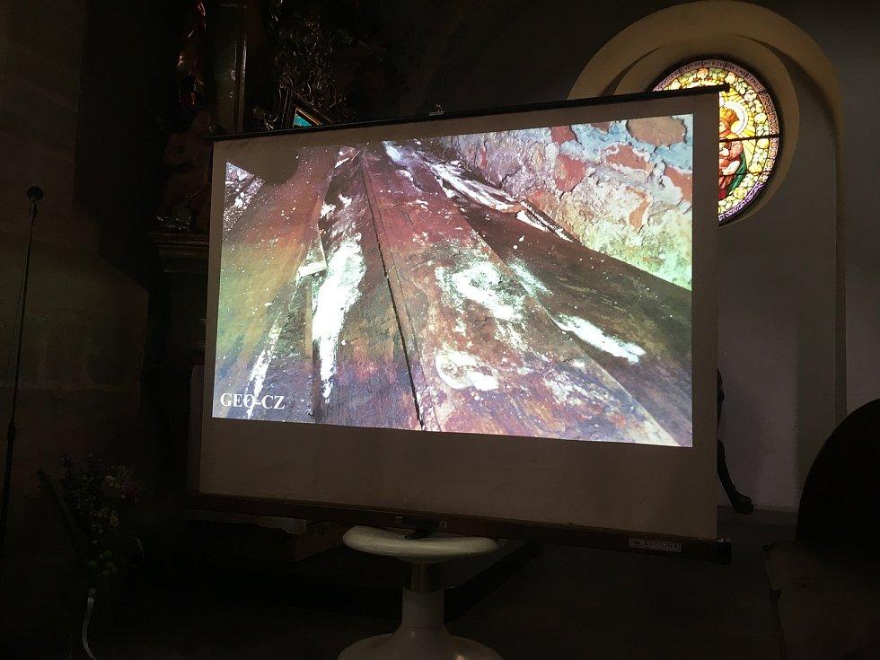 Pohled do hrobky promítali archeologové na plátno.