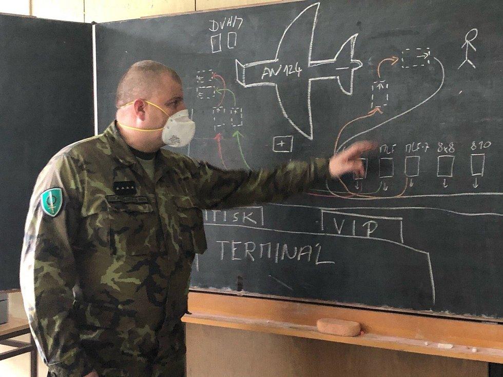 S vykládáním pomohou vojáci 14. pluku logistické podpory.