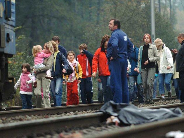 Cestující v Černé za Bory neměli na vybranou. K náhradnímu spoji šli kolem mrtvého těla