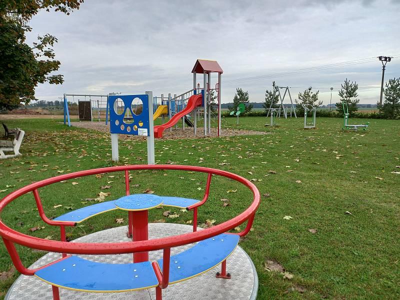 Na hřišti jsou i cvičební stroje pro dospělé.