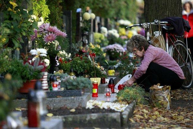DUŠIČKY. Pardubický hřbitov se o víkendu topil v obležení aut a hroby zase v květinách. V neděli si připomínáme Památku věrných zesnulých – Dušičky.