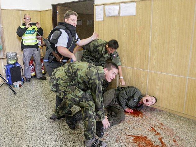 Postup proti šílenému střelci si policisté vyzkoušeli ve střední vojenské škole v Moravské Třebové.