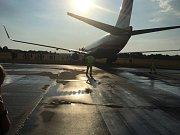 Boeing 737-800 vyjel na pardubickém letišti při přistání z dráhy.