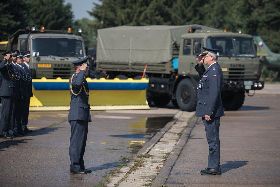Výměna velení. Od Správy letiště Pardubice odchází podplukovník Ivo Šťastný. Vystřídal jej Peter Hatala.